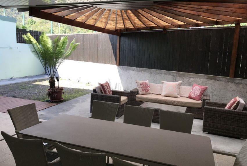 atike-immobilier-tahiti-location-maison-paea-salon-jardin